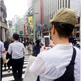交差点のど真ん中で立ち止まり(C)日刊ゲンダイ