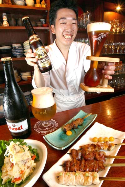 相性バッチリ!ベルギービール(デュベル・左とパウエルアタック・右1350円)、料理は季節のポテトサラダ・左と「おまかせ6本コース」/(C)日刊ゲンダイ