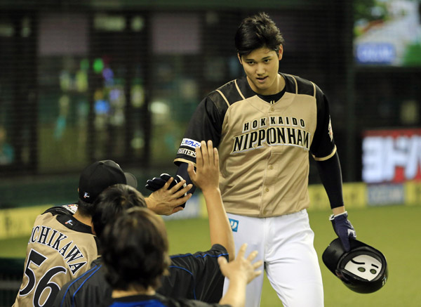 四回、適時二塁打を放ちナインに迎えられる(C)日刊ゲンダイ