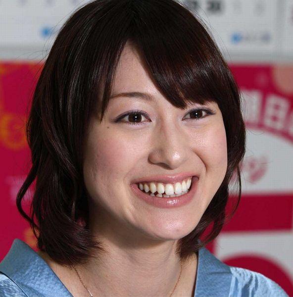 笑顔のアップ写真の小川彩佳