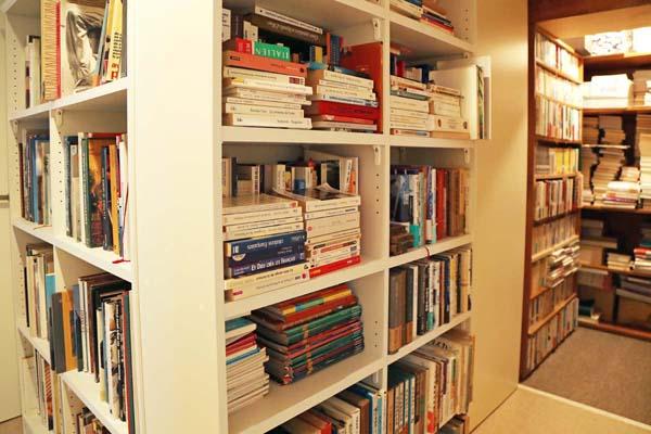 書棚の中には写真集や図録がぎっしり(C)日刊ゲンダイ