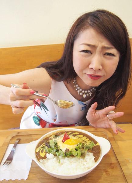 熊谷大和芋カレーに思わず「キャー、辛い!」(C)日刊ゲンダイ