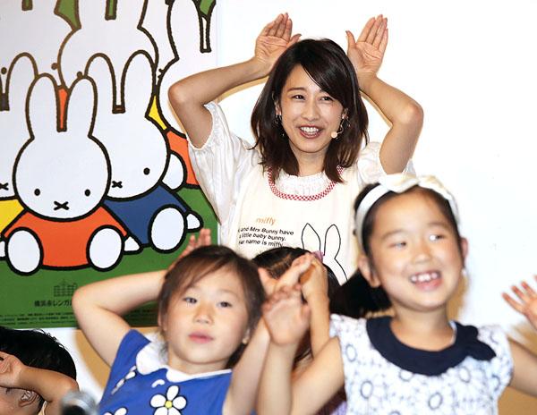 子供たちと一緒に歌&ダンスを披露(C)日刊ゲンダイ