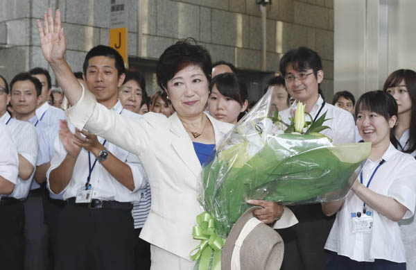 小池新知事は1000人の職員に迎えられた(C)日刊ゲンダイ