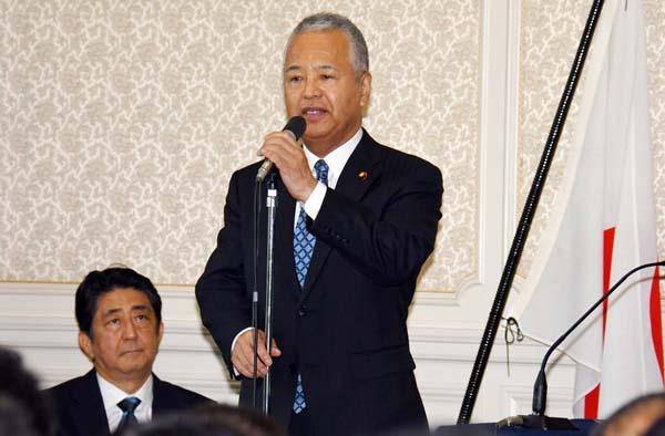自民党両院議員総会であいさつする甘利氏/(C)日刊ゲンダイ