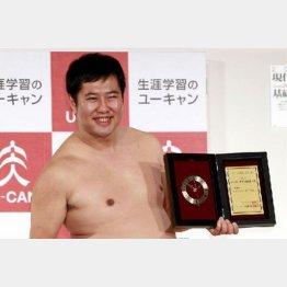 「背中が痛い」「こわい」と安村(C)日刊ゲンダイ