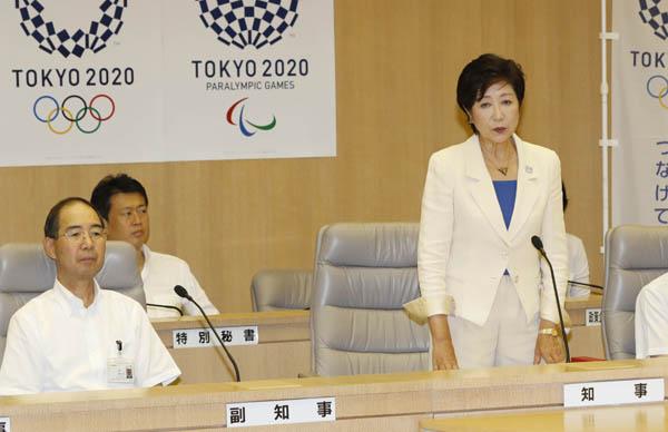 小池知事を後方支援する野田数特別秘書(左から2番目)(C)日刊ゲンダイ