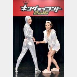 白石まゆみ(左)と娘の守永真彩(C)TBS