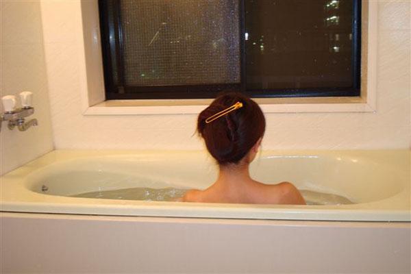シャワーよりお風呂の方が節水になる(C)日刊ゲンダイ