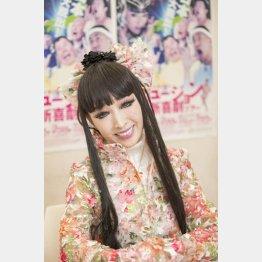 ステージ衣装は訪れる国の文化に合わせる(C)日刊ゲンダイ