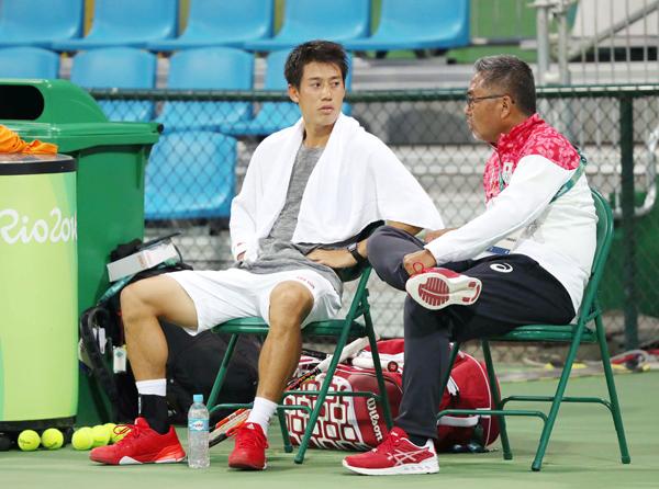 リオで練習後、左脇をさすりながら監督と話す錦織(C)本紙・真野慎也/JMPA