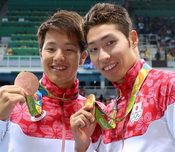 瀬戸(左)とともに表彰台に立った萩野(C)JMPA