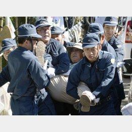 ヘリパッド建設に反対し座り込みをしていた男性を排除する機動隊員ら