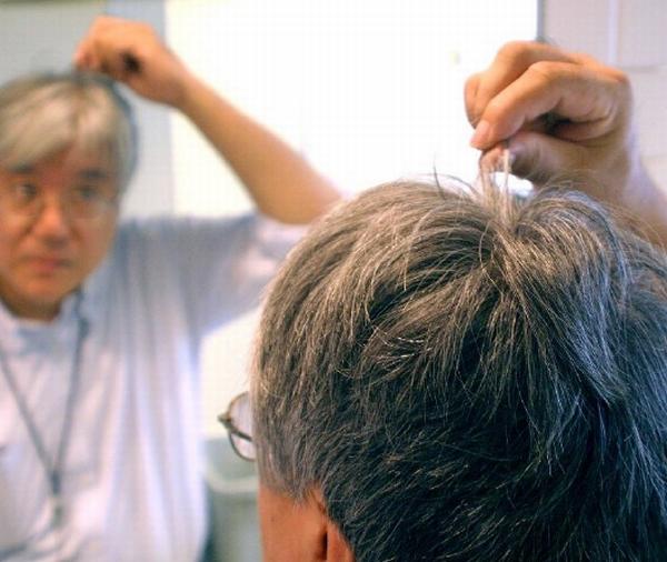 頭皮からの加齢臭をケアしないと…(C)日刊ゲンダイ