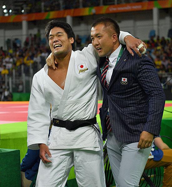鈴木コーチとメダル獲得を喜ぶ(C)JMPA