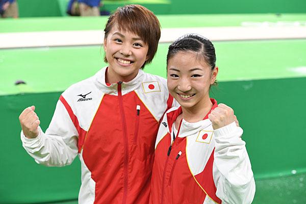 寺本明日香(右)と村上茉愛(C)JMPA