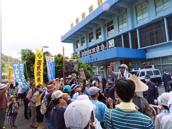 名護署前で男性の解放を待つ市民(提供写真)