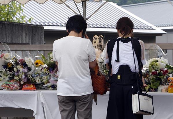 「津久井やまゆり園」に献花に訪れる人たち(C)日刊ゲンダイ