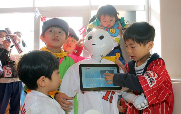 人型ロボット「Pepper(ペッパー)」と遊ぶ子どもたち/(C)日刊ゲンダイ