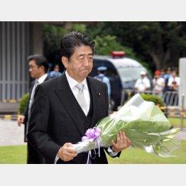 終戦記念日、安倍首相は千鳥ヶ淵戦没者墓苑に参拝(C)日刊ゲンダイ