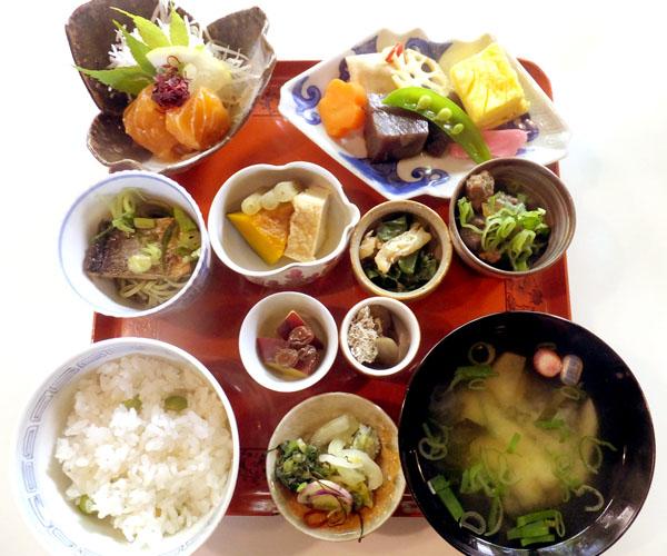 和の食材が並んだ膳(C)日刊ゲンダイ