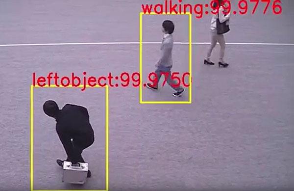 歩いている人と、物を置いた人を検知(提供写真)