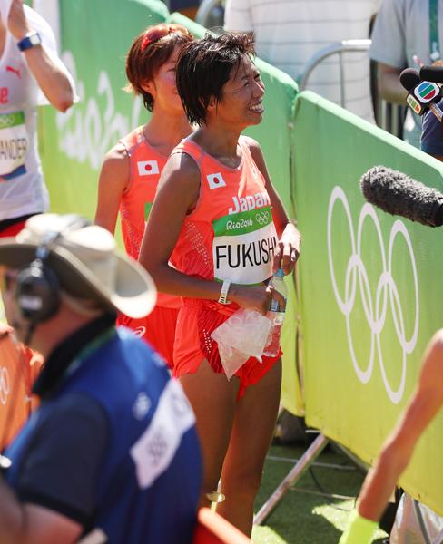 リオ五輪女子マラソンでゴール後、笑顔で取材を受ける福士(C)JMPA