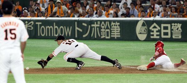 九回2死三塁、菊池の同点打に沢村(左端)は呆然/(C)日刊ゲンダイ