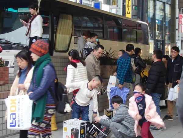訪日中国人と一緒に上陸(提供写真)