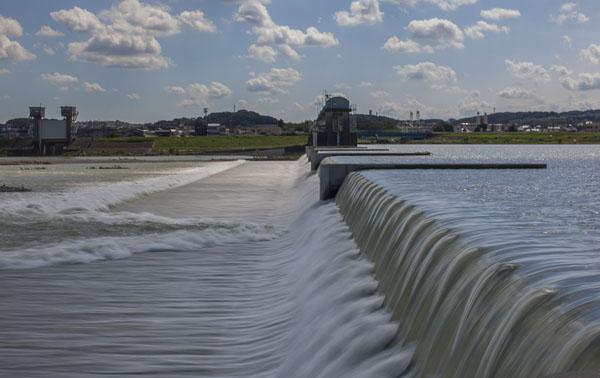 台風による大雨で増水した上河原堰堤(C)日刊ゲンダイ