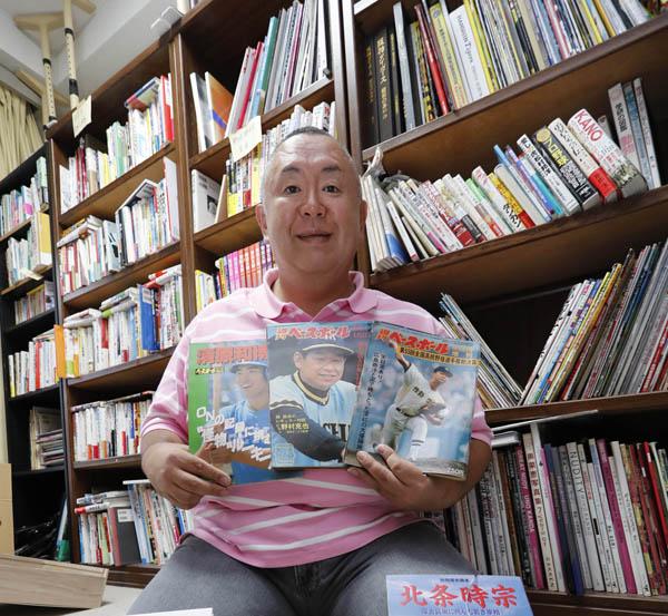 7架の本棚には蔵書がビッシリ(C)日刊ゲンダイ