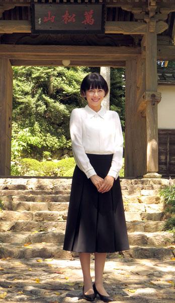 井伊直虎の菩提寺を訪れ笑顔(C)日刊ゲンダイ