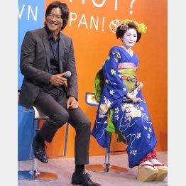 豊川悦司(左)とAKB48渡辺麻友(C)日刊ゲンダイ
