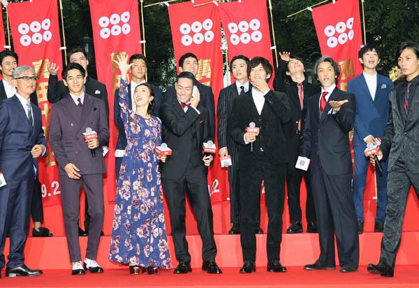 フォトセッション直前の雨模様に慌てる出演者たち(C)日刊ゲンダイ