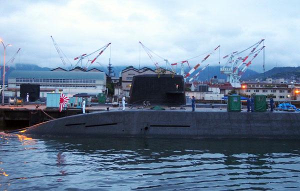 「夕呉クルーズ」で潜水艦に接近(C)日刊ゲンダイ