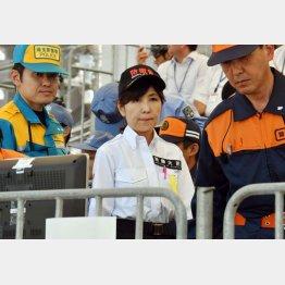 ドンブリ予算を許した稲田防衛相(C)日刊ゲンダイ