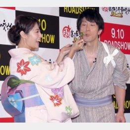深田恭子(左)が餅を「ア~ン」(C)日刊ゲンダイ