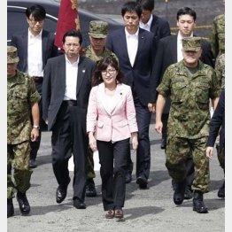 稲田防衛相が陸自の演習を視察
