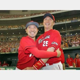 10日の優勝後、新井(右)と抱き合う菊池(C)日刊ゲンダイ