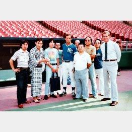 左から2人目が米助、1人おいて吉川氏、ジョージ・ブレット、伊東一雄さん(提供写真)