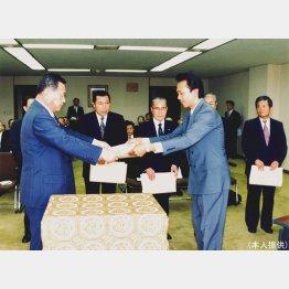 森喜朗建設大臣(当時)から表彰状を受け取る(提供写真)
