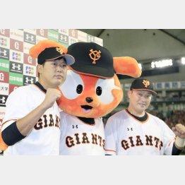 お立ち台に上がった内海(左)と村田/(C)日刊ゲンダイ