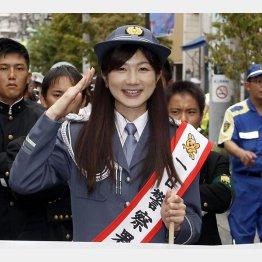 一日警察署長のたすきをかけて敬礼(C)日刊ゲンダイ