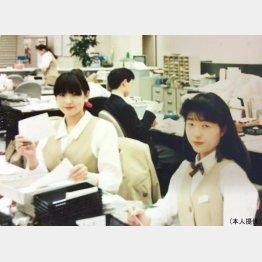 オフィスで(左が本人)/(提供写真)