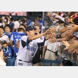 ファンの声援にこたえる三浦(C)日刊ゲンダイ