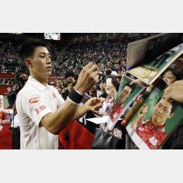 3度目の優勝へ初戦突破。ファンにサインする錦織(C)日刊ゲンダイ