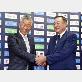 就任会見で居郷球団社長(右)と握手する辻新監督
