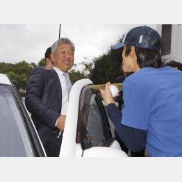 3日の会見後、ファンにサインをせがまれる辻新監督(C)日刊ゲンダイ