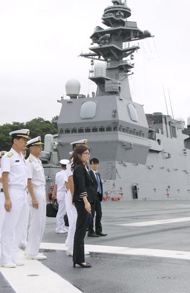 横須賀の海上自衛隊をヒールの靴で視察(C)共同通信社