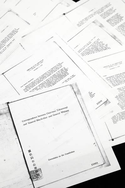 高柳会長とマッカーサー司令官の往復書簡が掲載された史料(C)日刊ゲンダイ